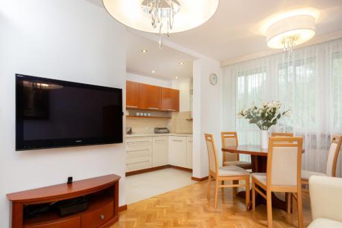 TV a/nebo společenská místnost v ubytování Apartments Warsaw Esperanto by Renters