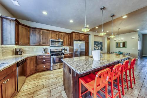 A kitchen or kitchenette at Splash Pad Place: Paradise Village #29