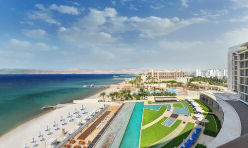 Uitzicht op het zwembad bij Kempinski Hotel Aqaba of in de buurt