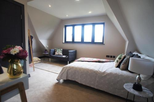 A bed or beds in a room at luxury 4 double bedroom boutique home