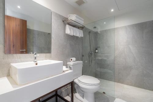 A bathroom at True Siam Phayathai Hotel