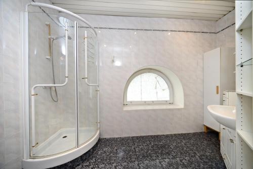 Ванная комната в Гостевые комнаты Апельсин на Парке Победы
