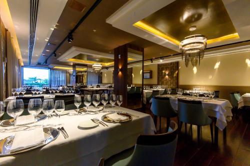 Um restaurante ou outro lugar para comer em Vogal Luxury Beach Hotel & SPA