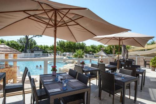 Restaurant ou autre lieu de restauration dans l'établissement La Pinede Camping