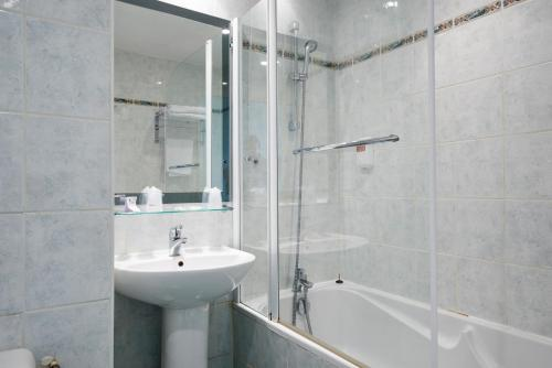 A bathroom at Hôtel Du Port