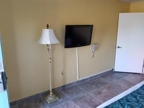 A television and/or entertainment centre at Shining Light Inn & Suites