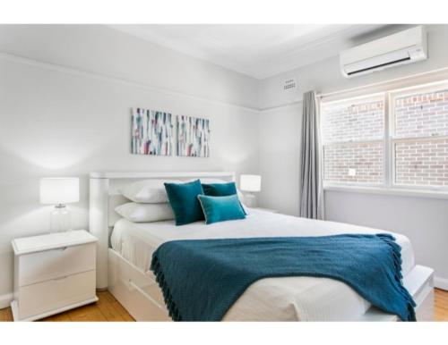 A bed or beds in a room at Modern Aus home on the edge of North Ryde Oval