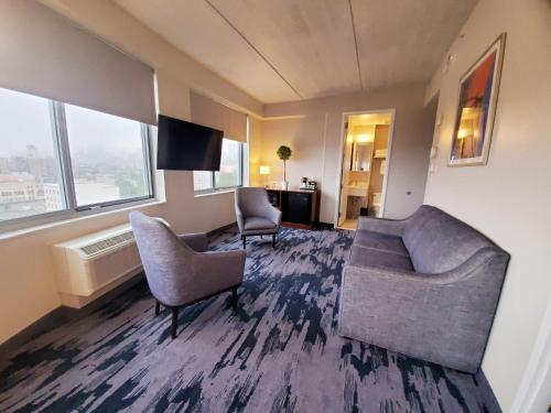 A seating area at Fairfield Inn & Suites By Marriott New York Brooklyn