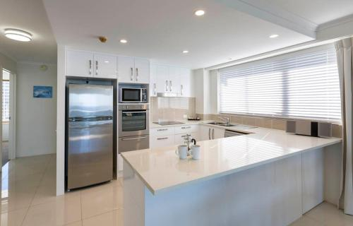 A kitchen or kitchenette at South Pacific Plaza - Official