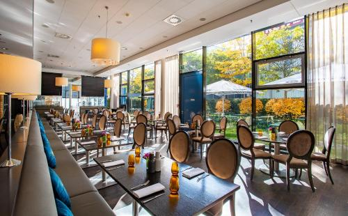 A restaurant or other place to eat at The Rilano Hotel München