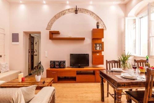 Télévision ou salle de divertissement dans l'établissement Koukounara Apartments Collection by Konnect