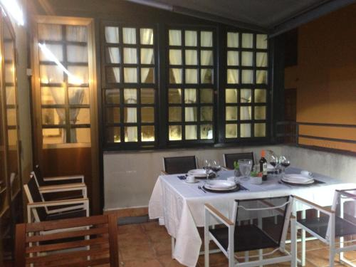 A restaurant or other place to eat at Central Quality Apartment Salamanca