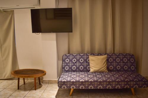 A television and/or entertainment center at Cinco Hotel B&B