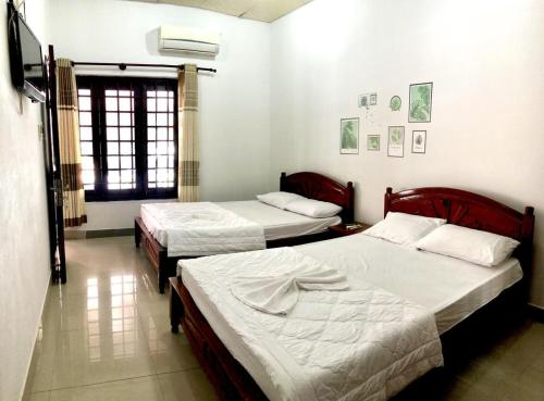 A bed or beds in a room at Anh Xuan Guest House