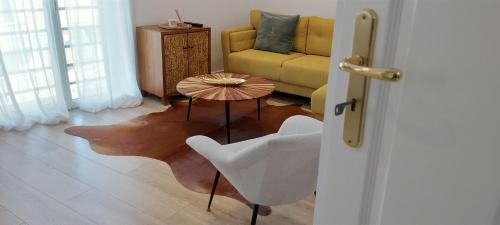 A seating area at Appartement grand standing