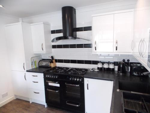 A kitchen or kitchenette at Ocean House - Weymouth