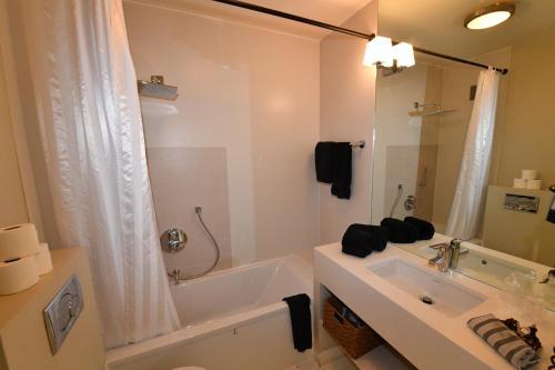 A bathroom at Studios de Provence