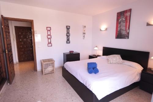 A bed or beds in a room at Rocamar, Nerja