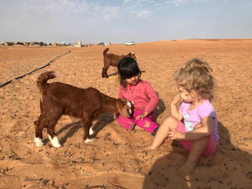 Enfants séjournant dans l'établissement Wahiba Bedouin Rustic Camp