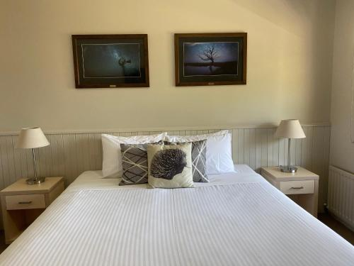 A bed or beds in a room at Jindy Inn