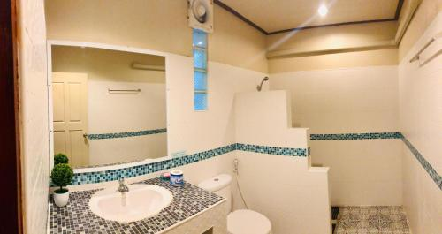 A bathroom at Haad Khuad Resort