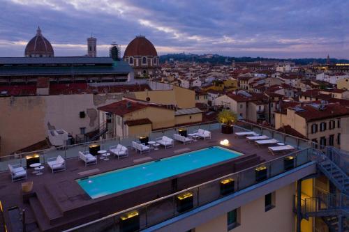 Uitzicht op het zwembad bij Hotel Glance In Florence of in de buurt