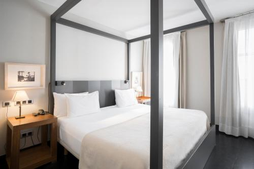 A bed or beds in a room at Hotel Banys Orientals