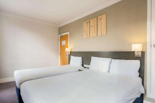 A bed or beds in a room at Comfort Inn London - Westminster