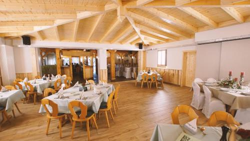 A restaurant or other place to eat at Landgasthof Scherer