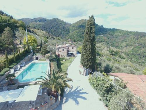 Vista sulla piscina di Agriturismo La Marginella o su una piscina nei dintorni