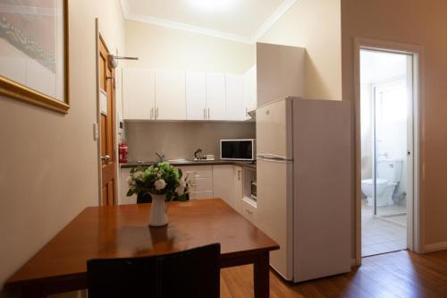 A kitchen or kitchenette at Duke's Inn
