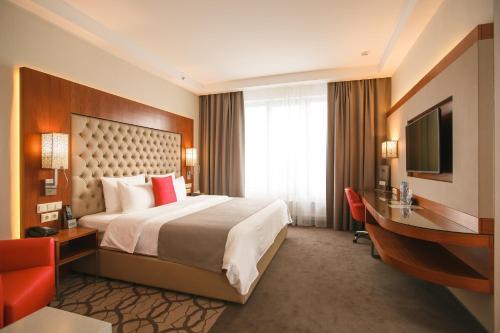 Кровать или кровати в номере Ramada Plaza by Wyndham Voronezh