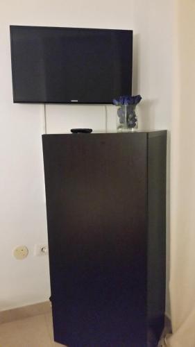 Una televisión o centro de entretenimiento en Habitacion con baño privado