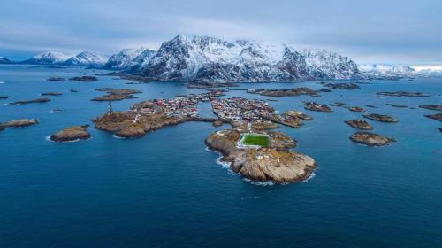 Vue panoramique sur l'établissement Lofoten Arctic Henningsvær Hotel