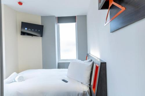 A bed or beds in a room at Easyhotel Reading