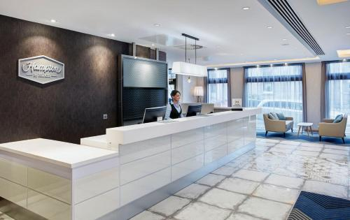 The lobby or reception area at Hampton by Hilton Glasgow Central