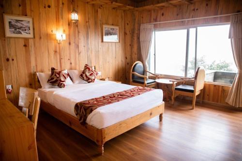 Кровать или кровати в номере Himalayan Deurali Resort