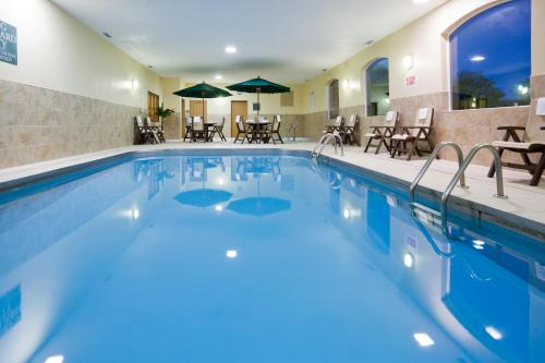 The swimming pool at or near Country Inn & Suites by Radisson, Sioux Falls, SD