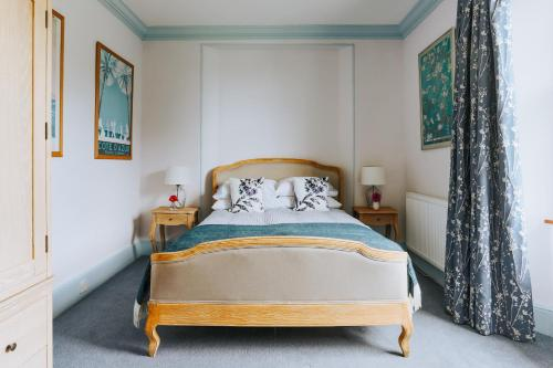 A bed or beds in a room at Ivy House Cornwall B&B