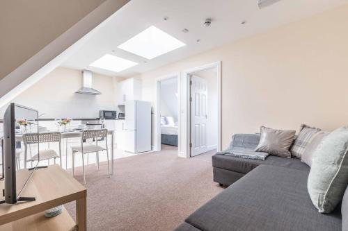2 BED - CLOSE TO UXBRIDGE & PINEWOOD - PARKING