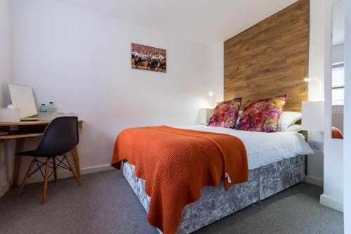 A bed or beds in a room at Beautiful Coach House
