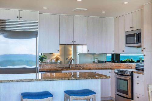 A kitchen or kitchenette at Makena Surf, a Destination by Hyatt Residence