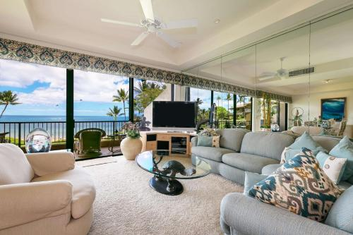 A seating area at Makena Surf, a Destination by Hyatt Residence