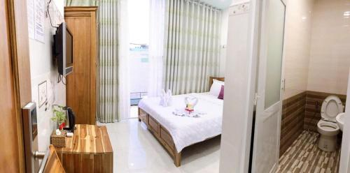 A bed or beds in a room at Hotel thanh vinh