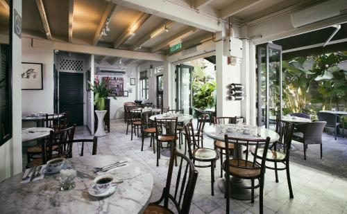 A restaurant or other place to eat at Muntri Mews