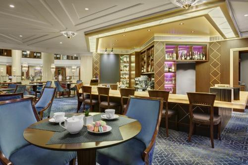 Een restaurant of ander eetgelegenheid bij Moscow Marriott Royal Aurora Hotel