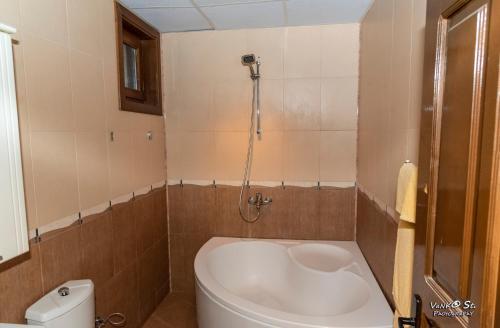 A bathroom at Семеен хотел Джамура