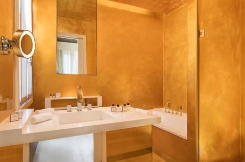 Salle de bains dans l'établissement Sina Centurion Palace