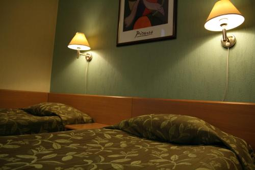 A bed or beds in a room at Barclay Hotel