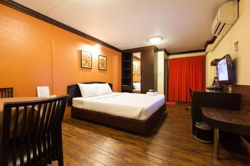 A bed or beds in a room at Vabua Asotel Bangkok